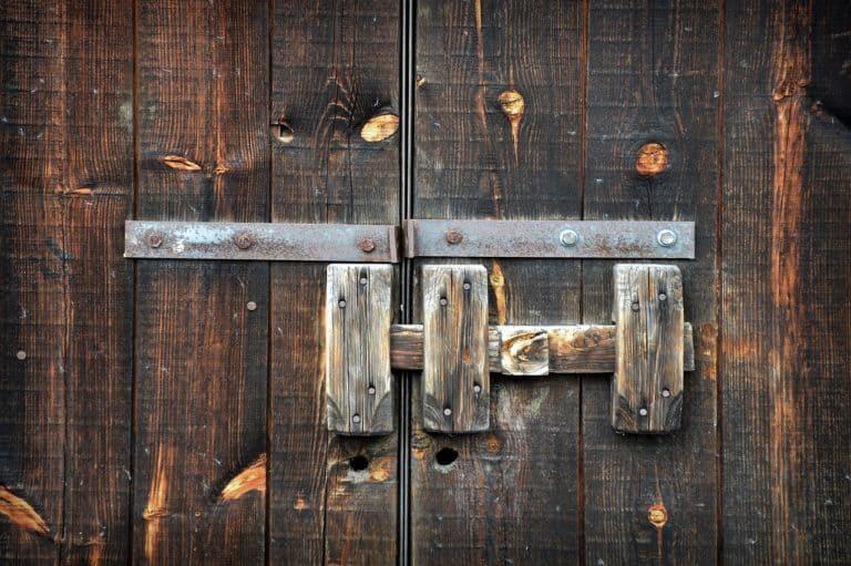Holztor mit Riegel