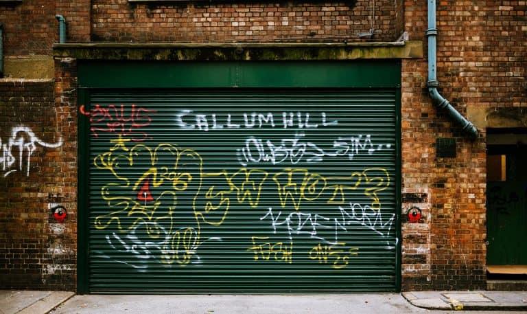Tor mit Graffiti