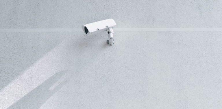 Eine weiße Überwachungskamera